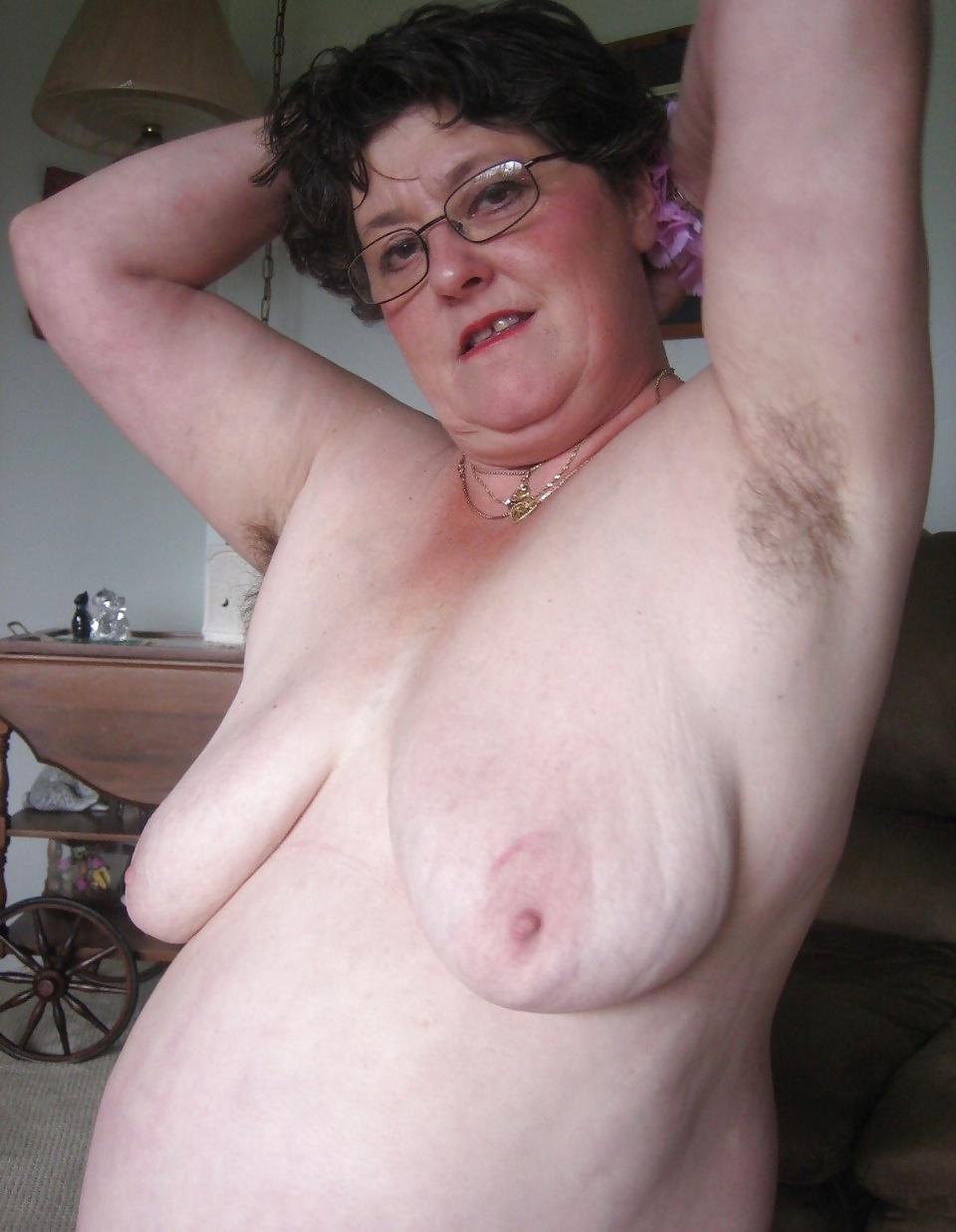 Büsten reifer Frauen hängen einsam.