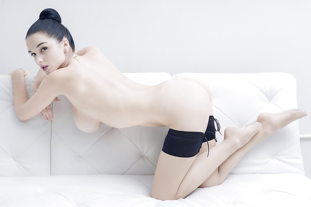 Feste Brüste in verschiedene Nacktbildern