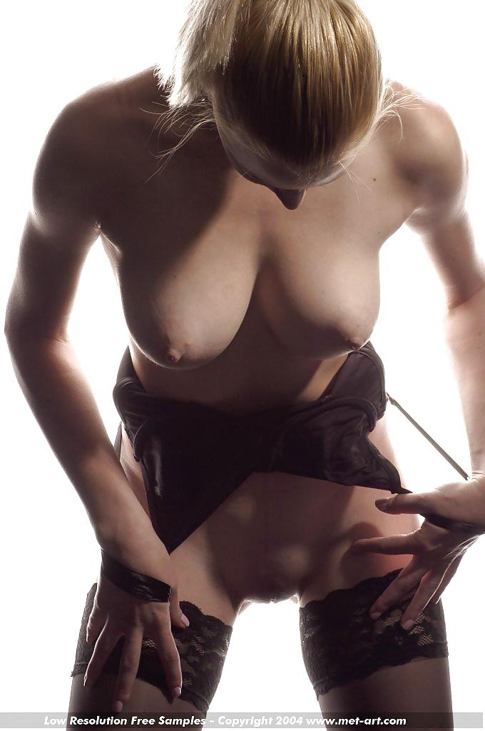Blondinen mit kleinen und großen Brüsten in Nacktfotos