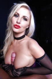 Blonde Pornoschauspielerin mit kleine Brüsten