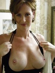 Junge und reife Luschen posieren mit nackten Titten oder unbedeckten Muschis.